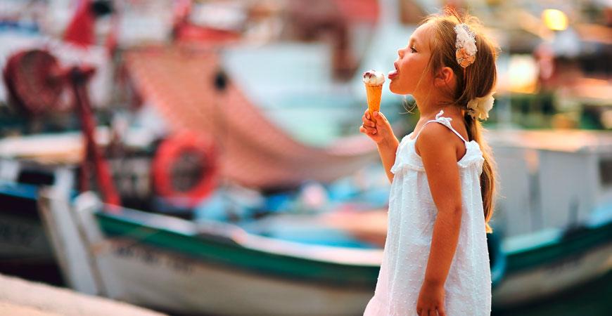 Kind schleckt ein Eis